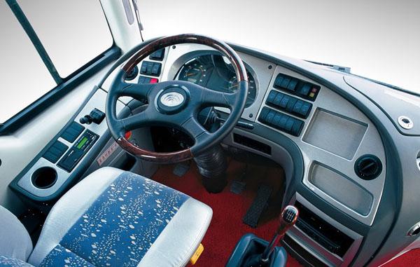 1.可取消空调,取消空调时整车高度为3130mm;2.侧窗可选装推拉窗结构;3.简化配置时整车整备质量为:8415kg,额定载客:24-37;4.可选装中开门或后开门,选装2个乘客门时的额定载客数24-35;5.取消中开门或后开门时车身左侧装有应急门.该车应装带卫星定位功能的行驶记录仪.发动机净功率:155kW(CA4DL1-21E3),140kW(YC4G200-30),150kW(ISDe210 30),143kW(YC6J200-30),147kW(BF6M2012-20E3),135kW(YC4G